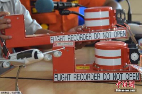 当地时间2015年1月12日,印尼庞卡兰布翁,印尼国家运输安全委员会负责人塔当(Tatang Kurniadi)就救援人员打捞起飞行数据记录仪一事召开新闻发布会。图为飞行记录仪(上)和语音记录仪(下)样品亮相新闻发布会。
