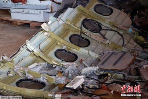 当地时间2015年1月19日,印尼庞卡兰布翁,救援队成员持续搜索亚航QZ8501遇难者遗体和飞机残骸。