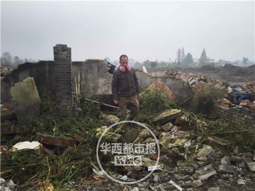 大儿子王治龙站在自家被拆的屋宇前