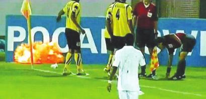 亞冠比賽中,爆炸物在球場邊突然炸響。圖片來源:視頻截圖