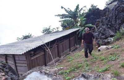 ④排雷时期,王开学搭起一座板屋,扎根于雷区。