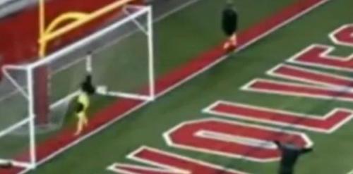 翻跟头干扰对手。图片来源:视频截图。