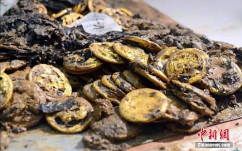 海昏侯墓中发现的187枚金饼,这些金饼有的正面光滑,有的凹凸不平。 郭晶 摄