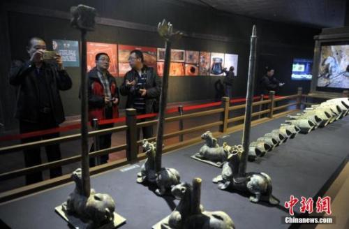海昏侯墓中出土的铜编钟架。 刘占昆 摄