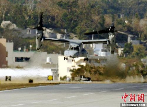 本地时刻10月4日,日本冲绳普天间机场,美军MV-22鱼鹰运送机腾飞受到本地大众反对。
