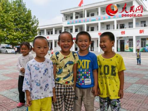 安徽省太湖县江塘中心小学的一片空地上,正值下课,在操场上玩耍的孩子们看到记者,对着镜头露出了灿烂的笑容。由于学校没有专门的运动场,孩子们的课余时间和体育课就在这片空地上进行。人民网 苗子健摄