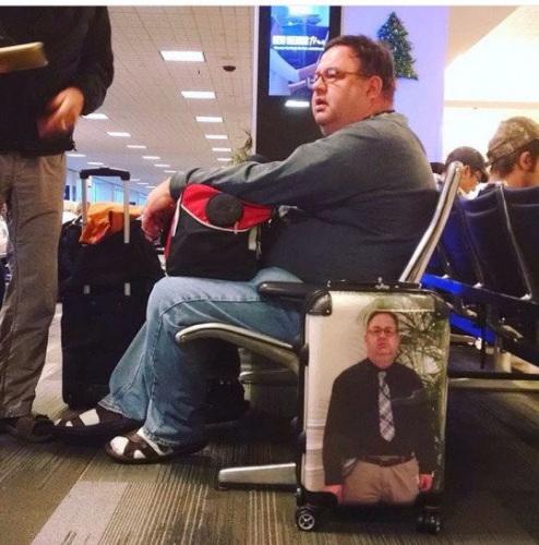 女子将本人相片印行李箱上。
