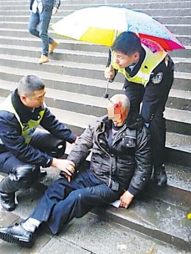 协警用手为老人当靠枕 武隆警方供图