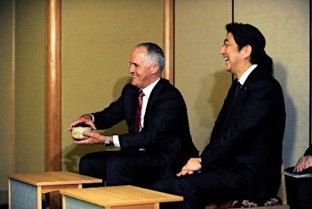 澳总理(左)与安倍。