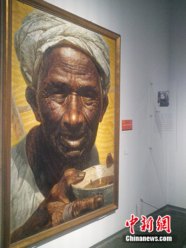 现场展出的油画《父亲》颇受关注。宋宇晟 摄