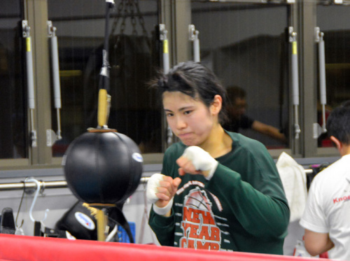 后藤Ayumi正对着击打球操练。