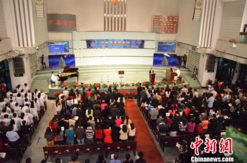 基督教深圳梅林堂的信徒们为罹难和失联的兄弟姐妹停止祈祷 郑小红 摄