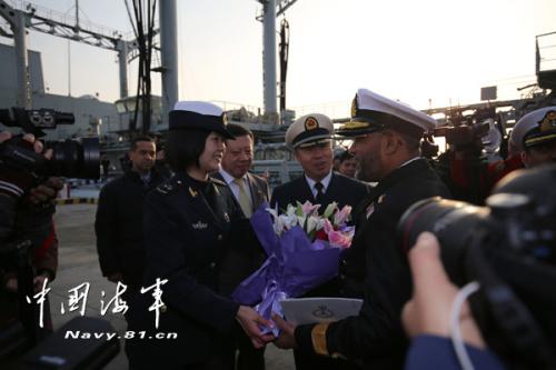 中方女兵向巴编队指挥员献花。黎宇 摄