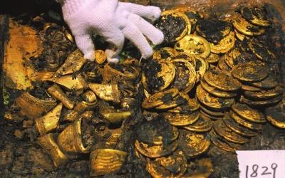 这是在海昏侯墓主棺出土的金饼(12月24日摄)。新华社发