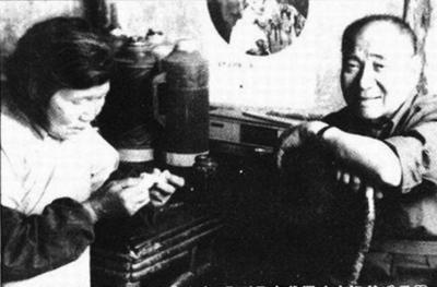 1984年,袁殊在潘汉年故居,与潘汉年妹妹潘玉琴合影。