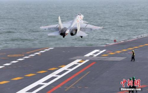 材料图:歼-15舰载战斗机在辽宁舰终止触舰骈飞。 中新社发 李唐 摄