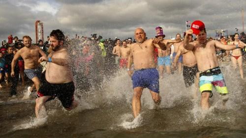 美国纽约2000人穿比基尼跳入海水 迎崭新一年(图)