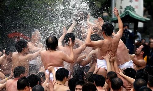 另类祈福:日本男子组团抢球 祈祷新年好运(图)