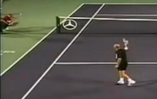 阿加西随手一挥拍,球却正好砸中球童。图片来源:视频截图