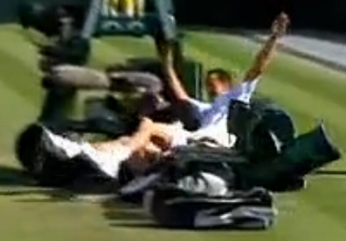 罗德拉和女球童撞个满怀。图片来源:视频截图