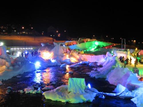 冰与光的幻想曲:北海道温泉冰瀑节彩雕点亮夜色