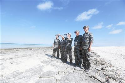 三沙警备区官兵和岛礁哨所民兵在海岸线上巡逻。侯 坤摄