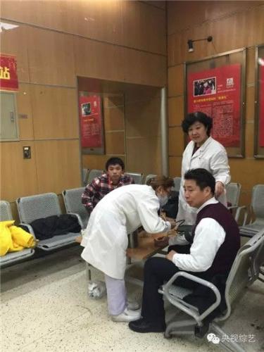 医疗站医生正在为工作人员量血压。
