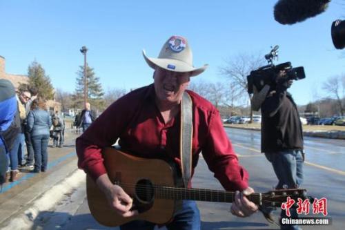 当地时间1月31日,美国总统竞选人特朗普在美国大选首站艾奥瓦州康瑟尔布拉夫斯市一所中学校园举行拉票活动,戴着牛仔帽、弹着吉他的支持者现场为特朗普拉票。<a target='_blank' href='http://www.chinanews.com/'><p align=