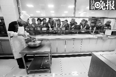 岁除夜11:30,环卫公司为值班的工人们预备了饺子