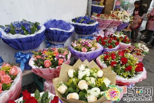 市急救中心旁一家花店,大量包装好的情人节花束等待送出。记者 石涛 摄
