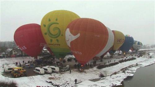 因为下雪天气,热气球只能绑在汽车上。