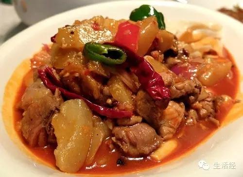 风味大盘鸡:主要用料为鸡块和土豆块,配皮带面烹饪而成。菜品色彩鲜艳,有爽滑麻辣的鸡肉和软糯甜润的土豆,辣中有香,粗中带细。