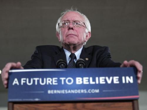 桑德斯在密西根州迪尔邦发表竞选讲话。