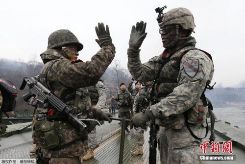 资料图:韩国涟川郡,韩美士兵举行联合军演。