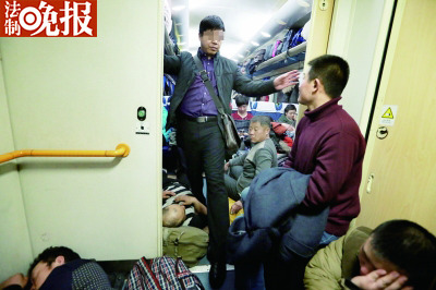 今晨3点,一趟进京列车上,搭客们酣睡以后,假装成搭客的反扒民警们(中)依然黑暗坚持警惕