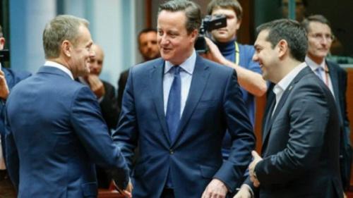 英国首相卡梅伦(中)、欧洲理事会主席图斯克(左)和希腊总理齐普拉斯(右)出席欧盟峰会。