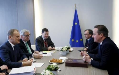 材料图:英国辅弼卡梅伦(右)与欧洲理事会主席图斯克(左一)和欧盟委员会主席容克(左二)接见会面。
