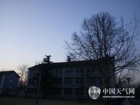 今天(21日)早晨,北京天空晴朗,天气微寒。