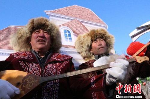 """哈萨克族官方艺人用冬不拉乐器演奏着柔美乐曲,用动人歌声赞誉""""兵地共建""""成绩。 李海霆 摄"""
