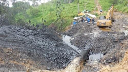 泄漏的原油流进附近的两条河流。