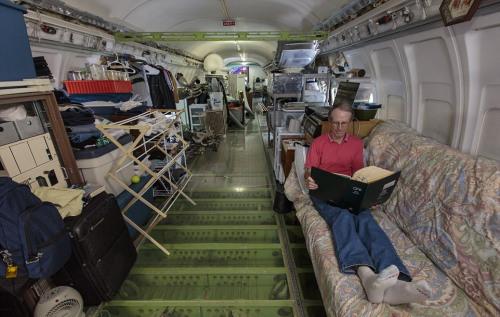 """这架服役的""""波音727""""飞机被改装成为坎贝尔的家。"""
