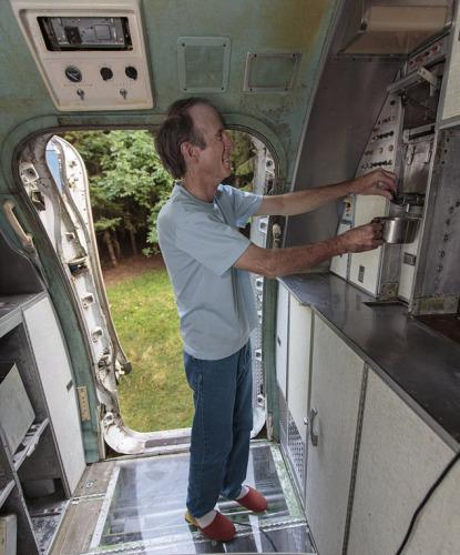 曩昔的15年,坎贝尔一向在本人改装的飞机内生计。