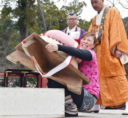 日本举行年糕大力士比赛 选手抱年糕拼耐力(图)