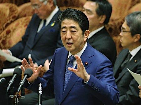 """安倍""""如厕""""引发日本国会争论 涉事方出面表态"""