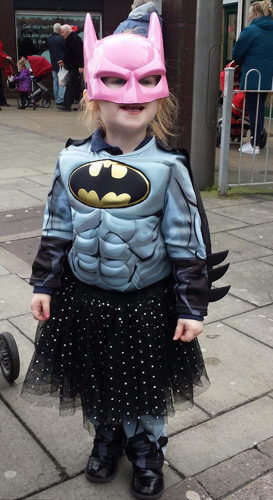 他的小女兒喜歡蝙蝠俠,但又害怕穿著男孩的服飾去上學。她怕同學們會笑話她。(網頁截圖)