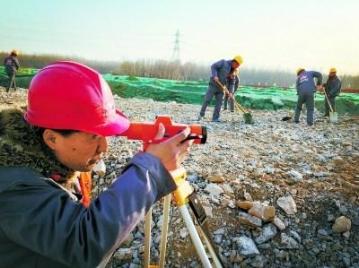 昨天,北京市政路桥职工正在北京行政副中心行政办公区实地测量,进行土方施工。目前,北京行政副中心建设正在加快推进。行政办公区起步区的土建工程已经进场施工,中心商务区的建设如火如荼。本报记者 方非摄