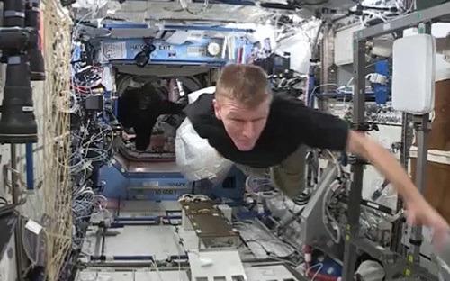 """英国宇航员皮克被""""猩猩""""追着逃跑。图片来源:美国宇航局"""