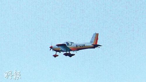 有网民昨在元朗拍到机身写有「B-LUR」、疑似出事的小型飞机(图),另亦有人称在船湾淡水湖见到疑似同款小型飞机练习花式表演,未知当时机上的驾驶员是否死者。