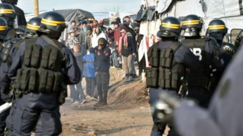 当局出动了数十名防暴警察,并逮捕了至少1名难民。