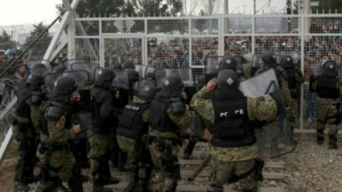 马其顿警察面对数百名愤怒移民的冲击。